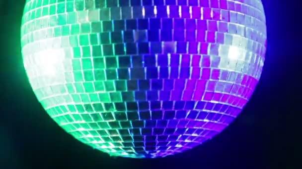 Tükör disco labdát a fekete háttér, kék és zöld spotlámpák fényében