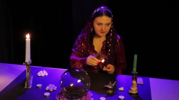 V magický salon, Cikán světla svíčky svícny pro magické úkony