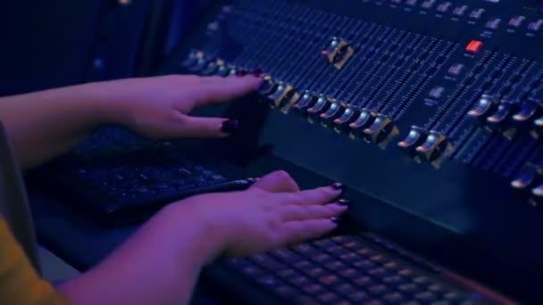 Zenske ruce na mixpultu míchání skladeb na diskotéku