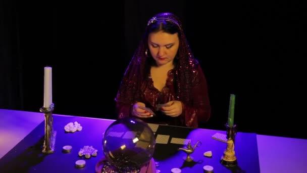 V magický salon při svíčkách cikán se diví na kartách
