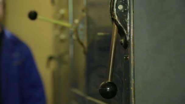 La mano di un ingegnere elettricista include un pannello elettrico
