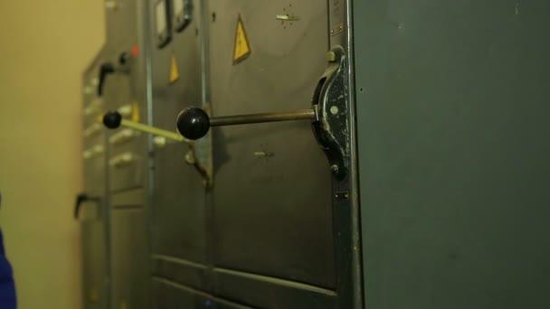 La mano di un ingegnere elettricista si spegne il quadro elettrico
