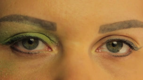 Ženské oči jedno oko barvené světlé zelené stíny