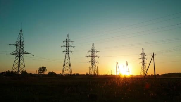 Západ slunce v krajině proti proudu vysokého napětí. Časové skoky