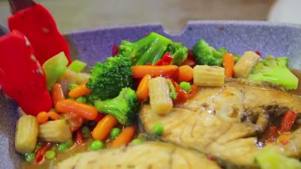 Kleště na gril míchejte zeleninu a ryby se opékáte v pánvi.