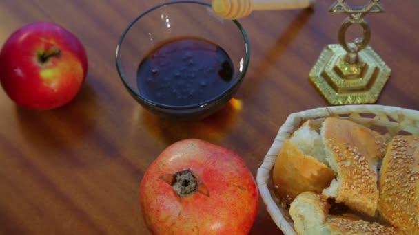 A táblázat ünnepi kezeli a Ros hásáná Challah, méz, és a gránátalma