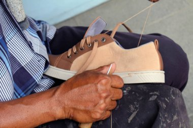 Process of manual shoe reparation, sole and welt fixing and stit