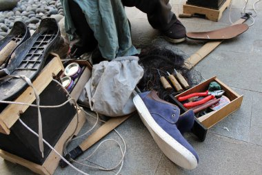 The equipment and tools used for manual shoe sole sticthing