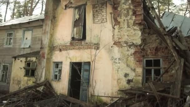 Sakljutschje, Oblast Twer, Russland - 11. März 2020: Eines der verlassenen und teilweise zerstörten Gebäude