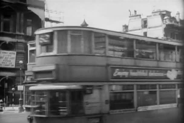 Rekreace double decker autobusy na rušné ulici, 1940s