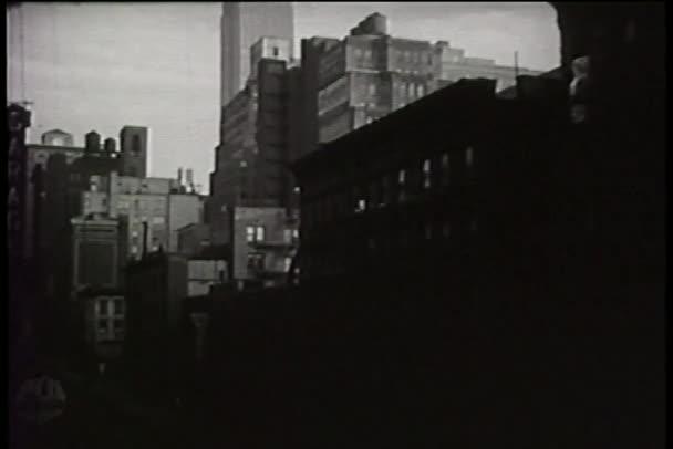Naklonit dolů Empire State building do New Yorku na ulici, 1940s