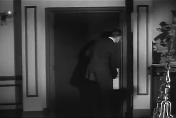 Zadní pohled člověka snaží otevřít zamčené dveře v domě