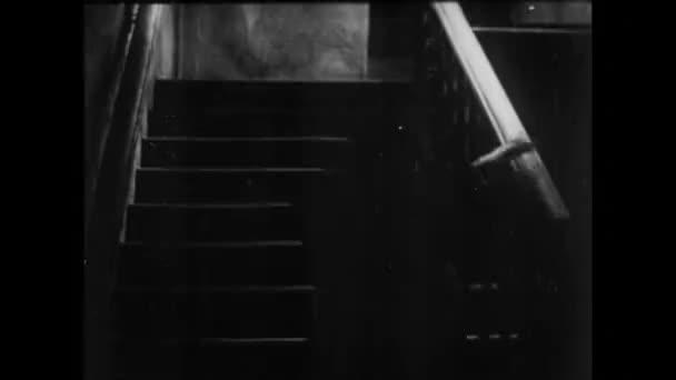 Pohled zezadu na ženská ve schodišti v domě, v roce 1930