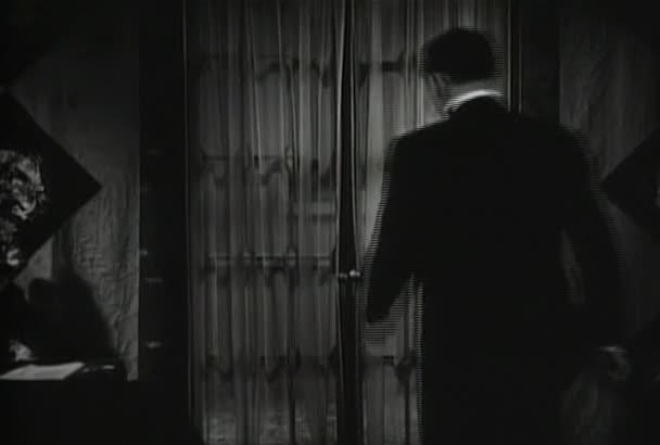 Zadní pohled člověka otevření francouzské dveře v domě, v roce 1930