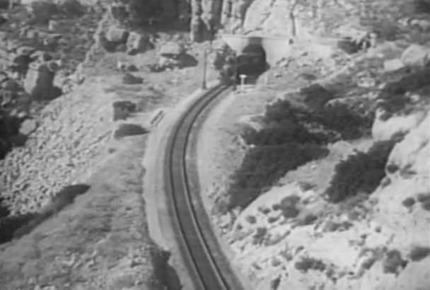 Vysoký úhel pohled vlak projíždí horský tunel, roce 1930