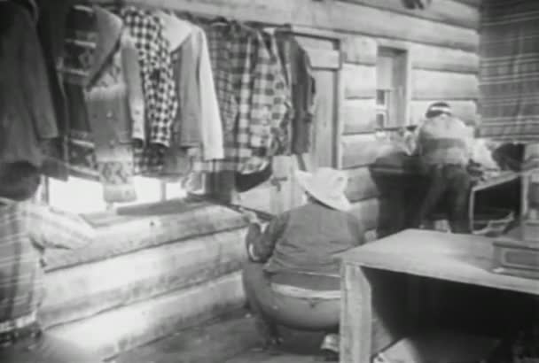 Dva kovboje a indiána střílení z uvnitř srubu