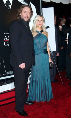 Russell Crowe, Danielle Spencer at arrivals for Premiere of AMERICAN GANGSTER  to benefit the Boys and Girls Clubs of America, the Apollo Theater in Harlem, New York, NY, October 19, 2007. Photo by: Kristin Callahan/Everett Collection