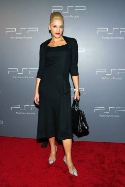 Gwen Stefani at arrivals for Playstation Portable PSP Pret a Porter Fashion Show, Skylight Studios, New York, NY,  September 10, 2005. Photo by: Gregorio Binuya/Everett Collection