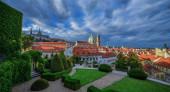 Pražský hrad a kostel sv. Mikuláše na Malé Straně. Slunečný výhled na jarní den z Vrtbovy zahrady. Praha, Česká republika.
