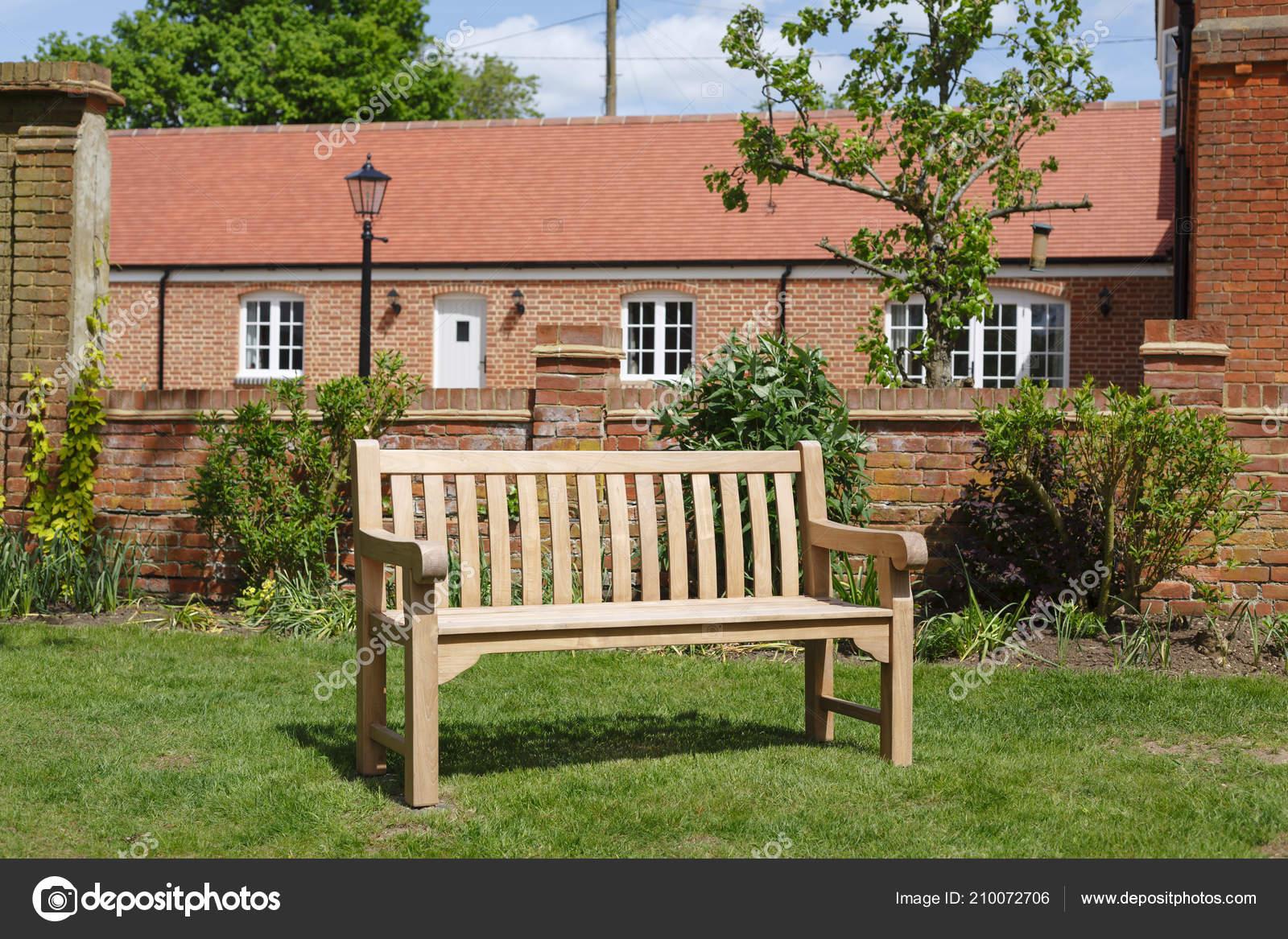 Banc Teck Bois Dur Sur Une Pelouse Dans Jardin Anglais