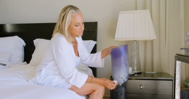Fußboden Schlafzimmer Yoga ~ Frau trägt beinprothese schlafzimmer hause u stockvideo