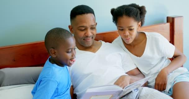 Resultado de imagen de un negro cuenta cuentos a sus hijos.
