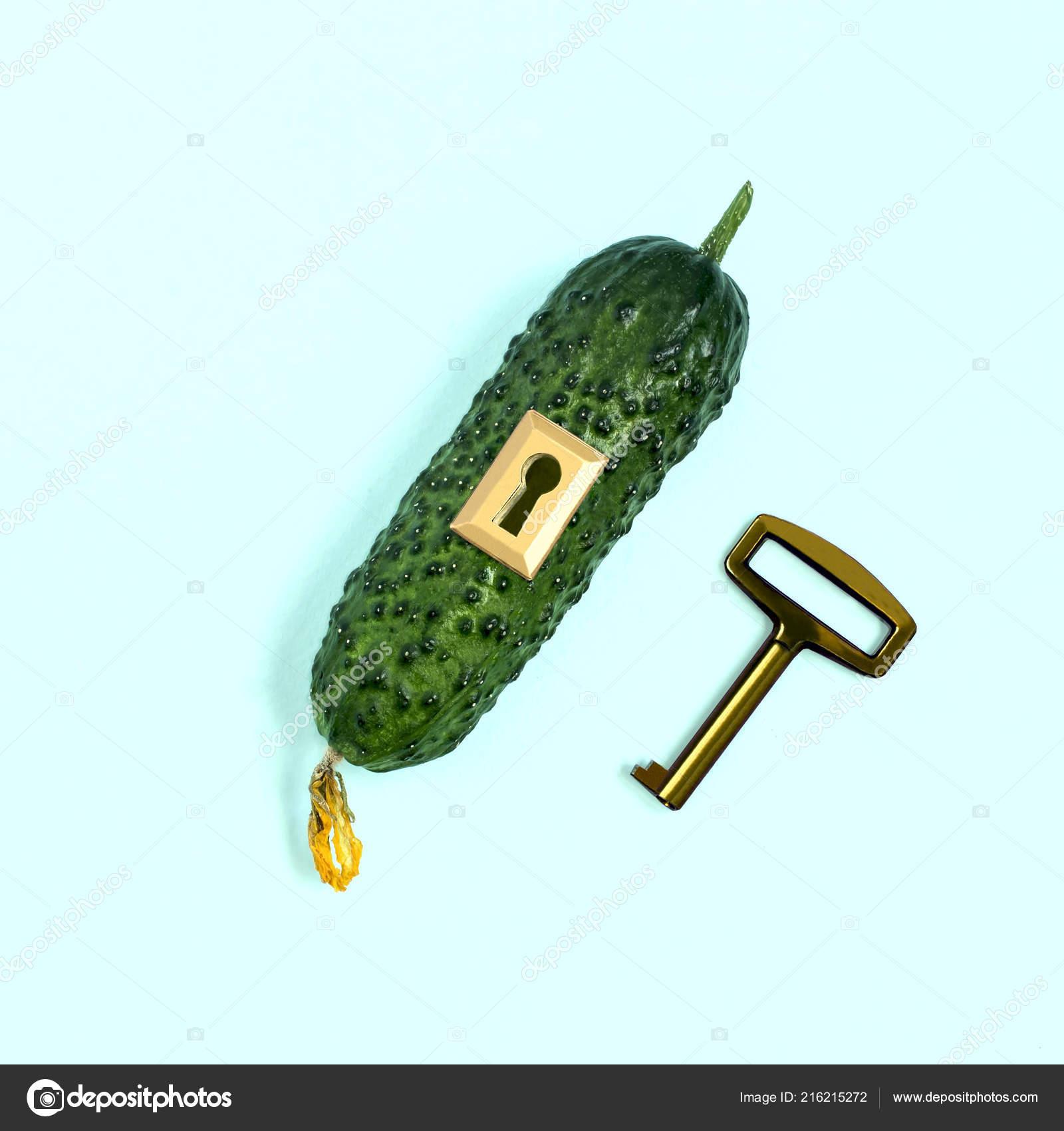 Спелый авокадо замком ключом пастельные голубой предпосылке.