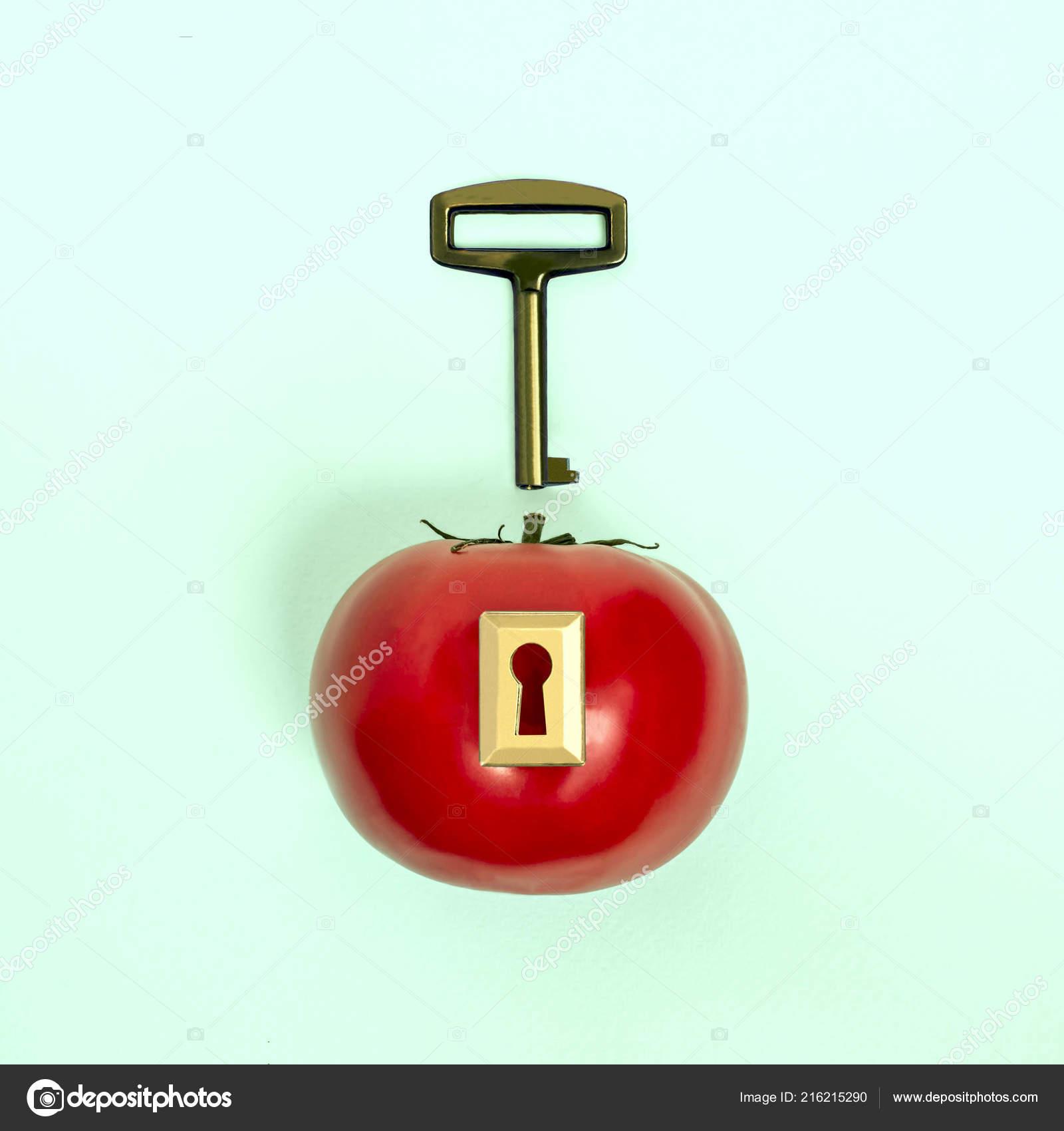 Спелое яблоко замком ключом пастельные голубой предпосылке.