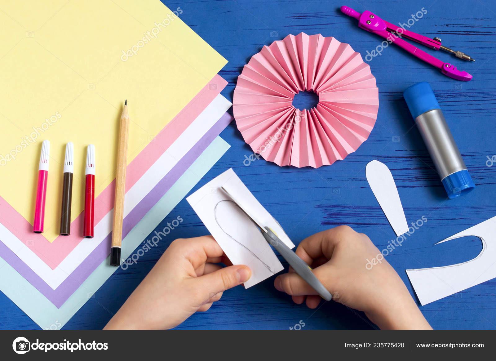 Kind Macht Hasen Aus Papier Für Oster Deko Kreative Idee Stockfoto