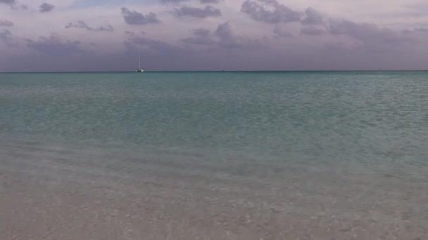 Tropické ostrovy a atoly. Čisté tyrkysové vody oceánu. Bílý korálový písek a modré laguny