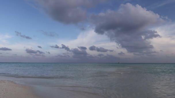 Isole tropicali e atolli. Pure acque turchesi delloceano. Lagune di sabbia e blue corallina bianche