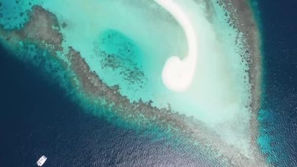 Tiro dal drone di isole delloceano con spiaggie bianche di sabbia corallina.