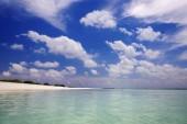 Isole tropicali e atolli. Pure acque turchesi delloceano. Bianche lagune coralline di sabbia e blue. Declini e dawn colorato
