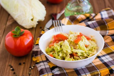 Salad of tomatoes and Peking cabbage with vegetable oil
