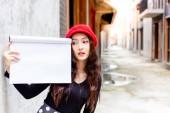 Okouzlující krásná žena se dívá na prázdný papír nebo kopírovat prostoru. Nádherná žena drží knihu výkresu v městě. Atraktivní krásná žena akty jako úžasné, obdivoval, jako nebo láska reklama