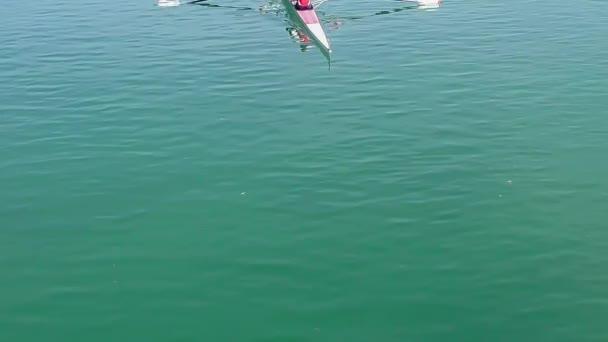 Zwei junge Ruderer in einem Rennboot Ruderer, full HD-video