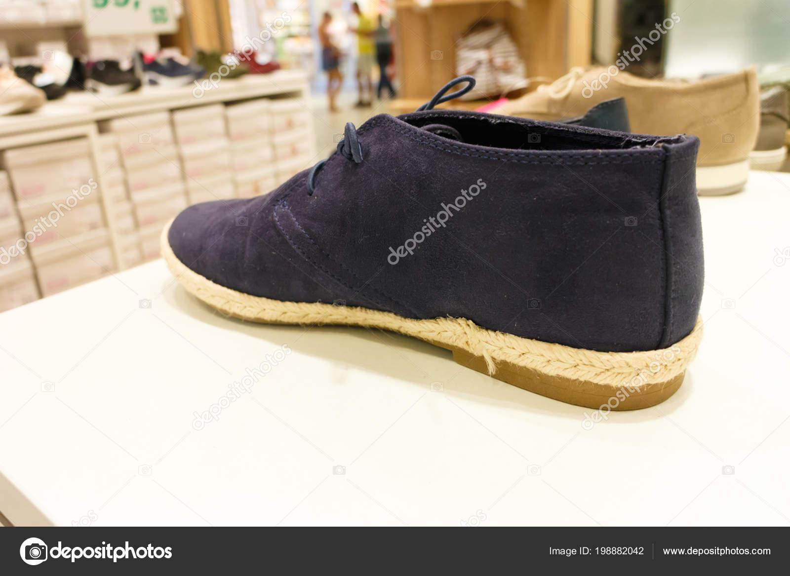 55945646d Zapatos zapatillas de entrenador unisex mujer hombre negro en la estantería  de la tienda en centro comercial — Foto de ...