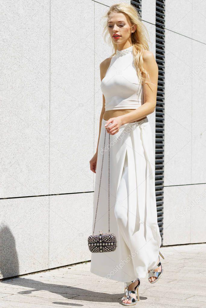 9aeced6543d6 Κομψά Μοντέρνα Γυναίκα Παρουσιάζει Μοντέρνο Αστικό Ντύσιμο Λευκό Crop Top —  Φωτογραφία Αρχείου © Voyagerix  201817266