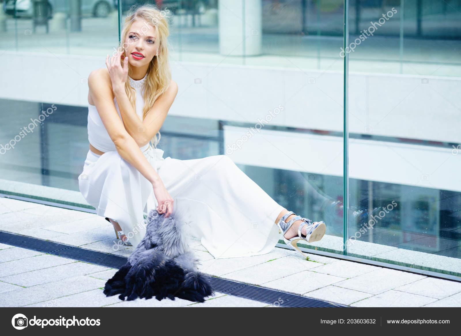 05db441cd226 Κομψά Μοντέρνα Γυναίκα Παρουσιάζει Μοντέρνο Αστικό Ντύσιμο Λευκό Crop Top —  Φωτογραφία Αρχείου
