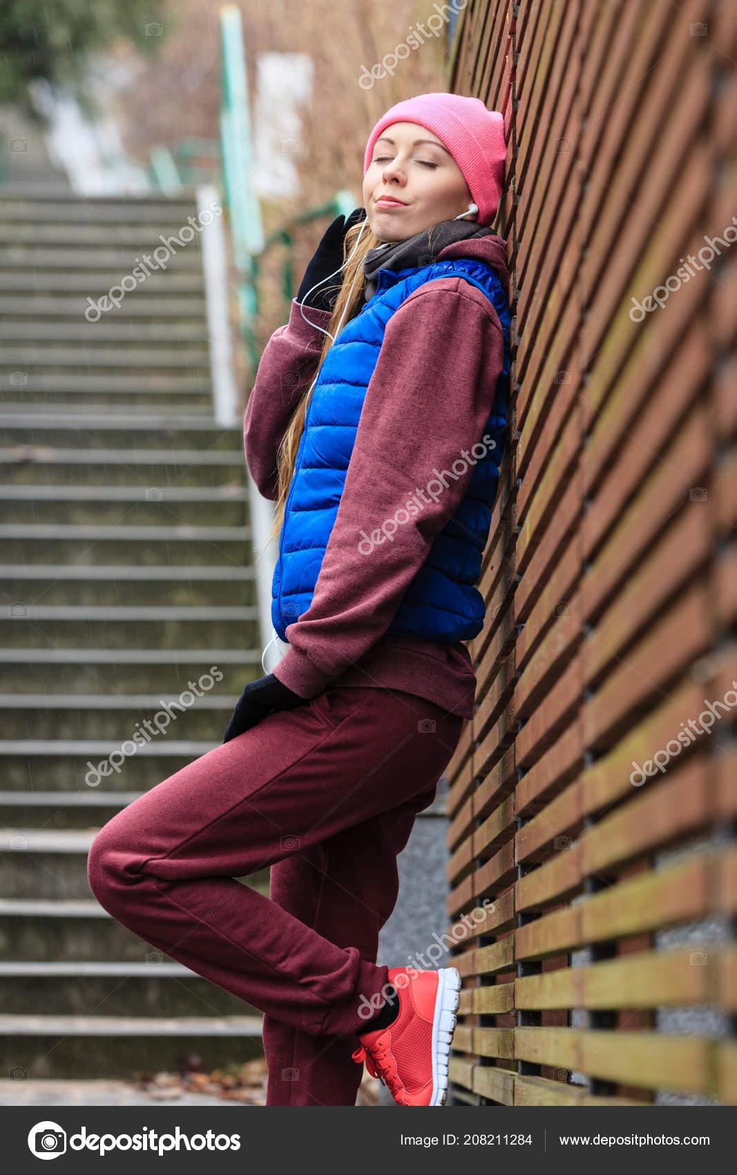 3100f12e Открытый Спорт упражнения, спортивный костюм идеи. Женщина, одетая теплая спортивная  отдыха после занятий вне в холодную погоду — Фото автора ...