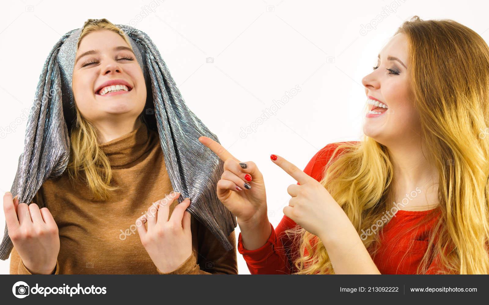 Dos Mujeres Locas Divertidas Jugando Con Ropa Amigas Bromeando
