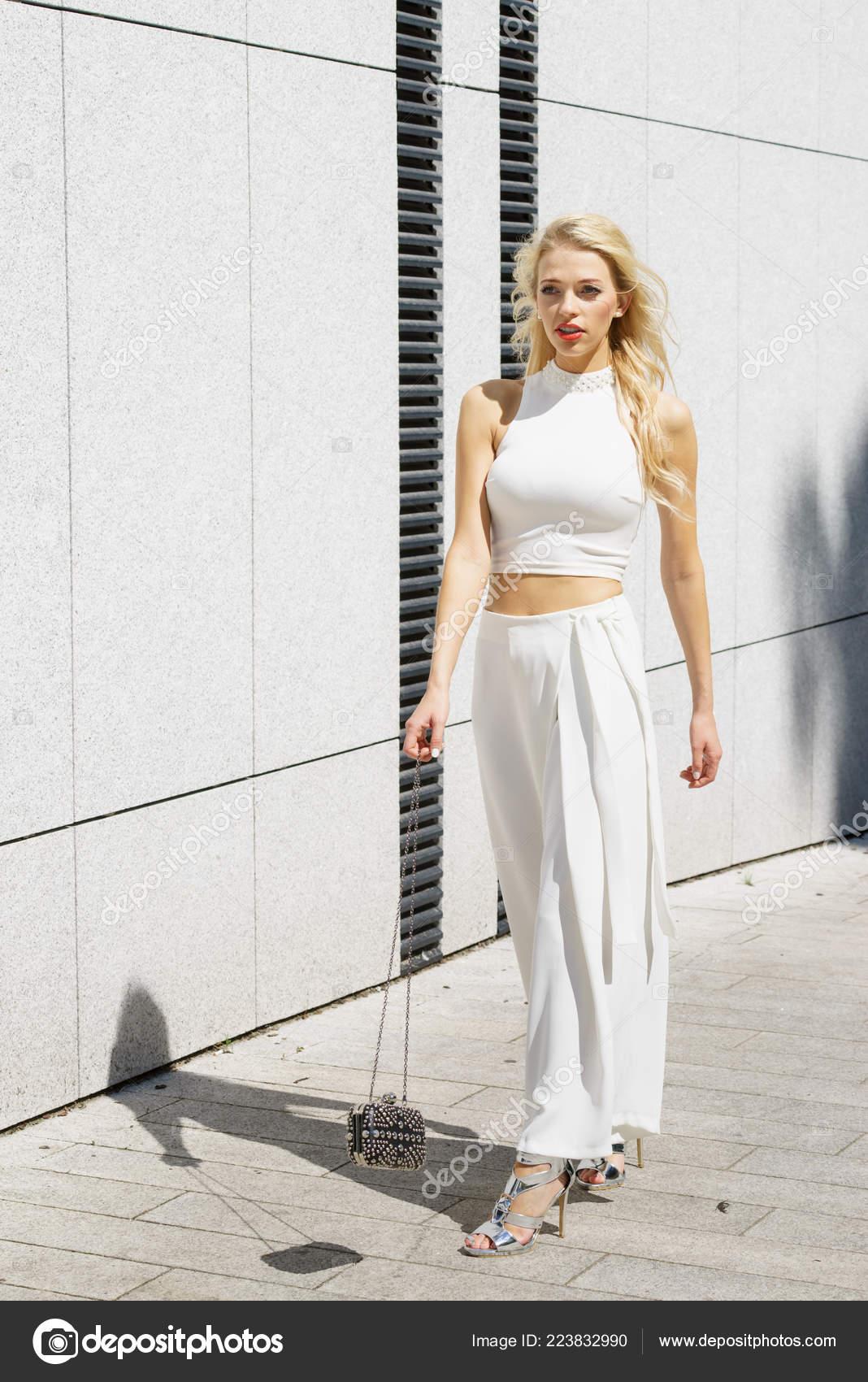 491aca3589a6 Κομψά Μοντέρνα Γυναίκα Παρουσιάζει Μοντέρνο Αστικό Ντύσιμο Λευκό Crop Top– εικόνα  αρχείου