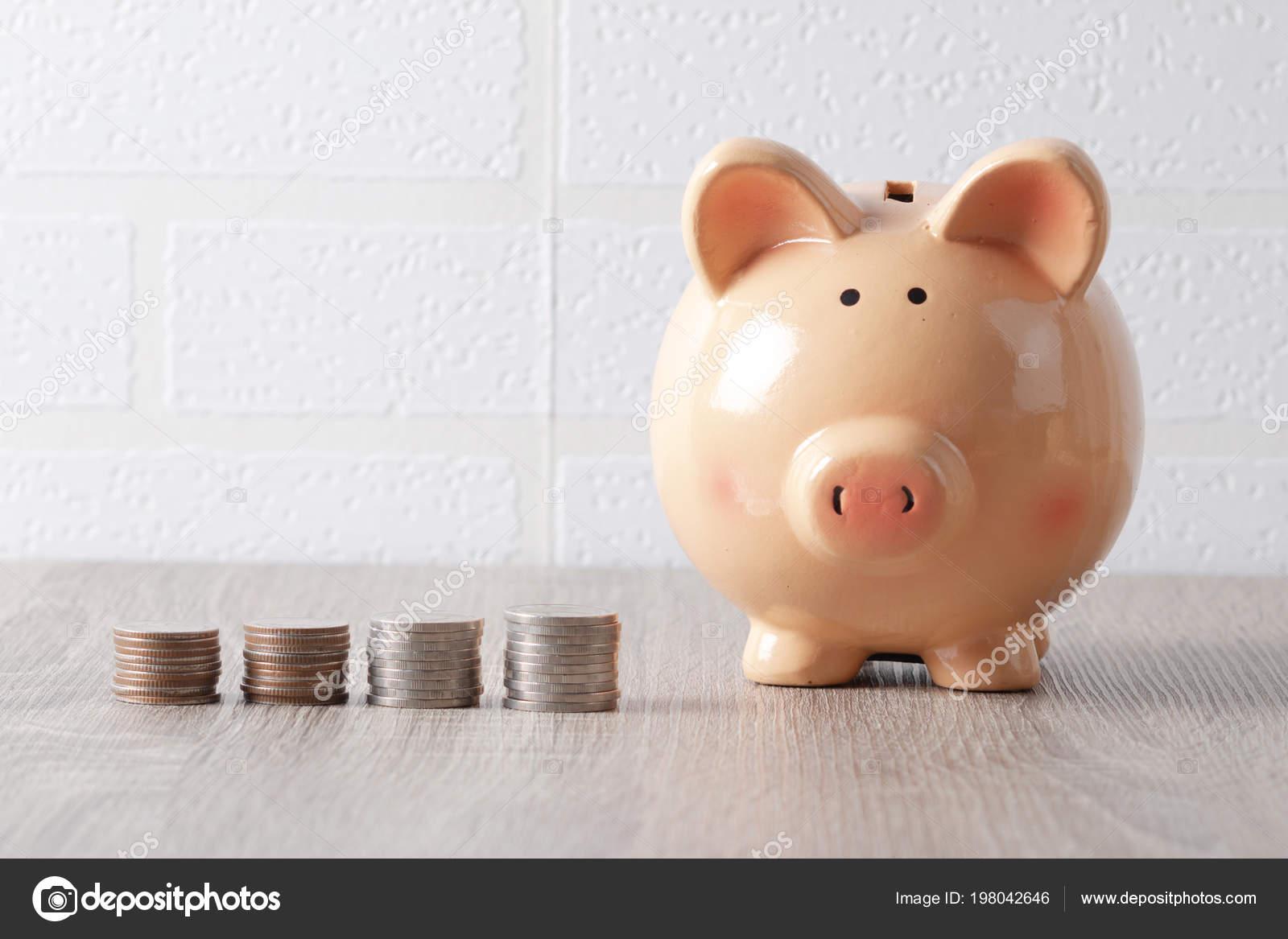 Houten Tafel En Bank.Piggy Bank Houten Tafel Munten Stapels Met Kopie Sapce Stockfoto