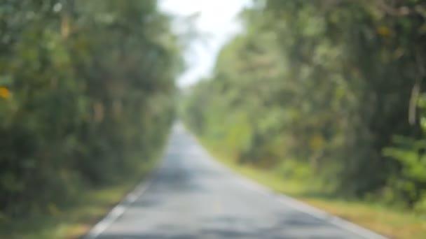 Cestuješ po přírodní cestě. Cesta s rozostřený pozadím.