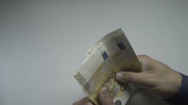 Počítání Euro bankovek u stolu dvě stě rukou podnikatelů