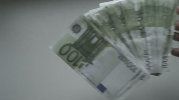 Zpomalený pohyb eura jsou padající na stůl