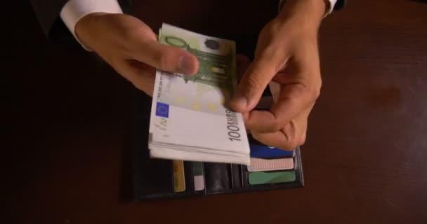Úspěšný podnikatel počítá peníze