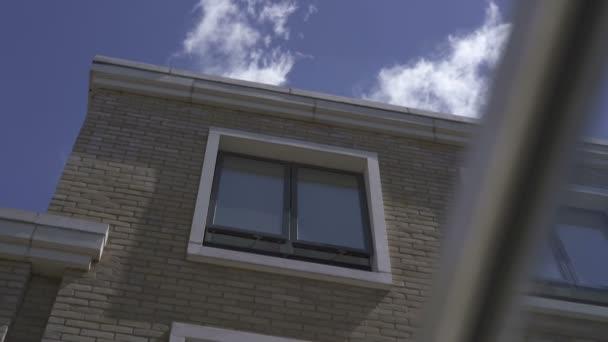 Okno v cihlovém domě v Londýně