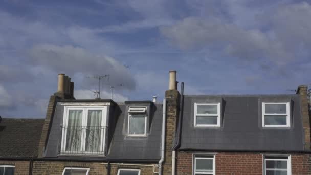 Letadlo letí na obloze nad domem