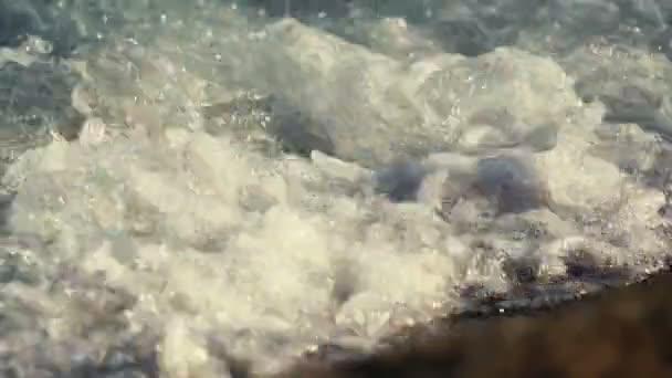 Tengeri hullám, a homokon a tenger-strand közelről